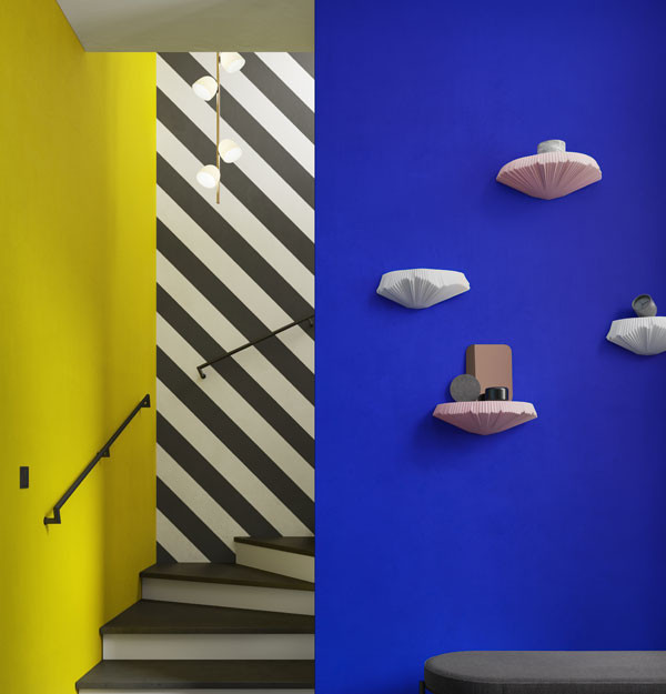 Wandboards hängend an einer blauen Wand