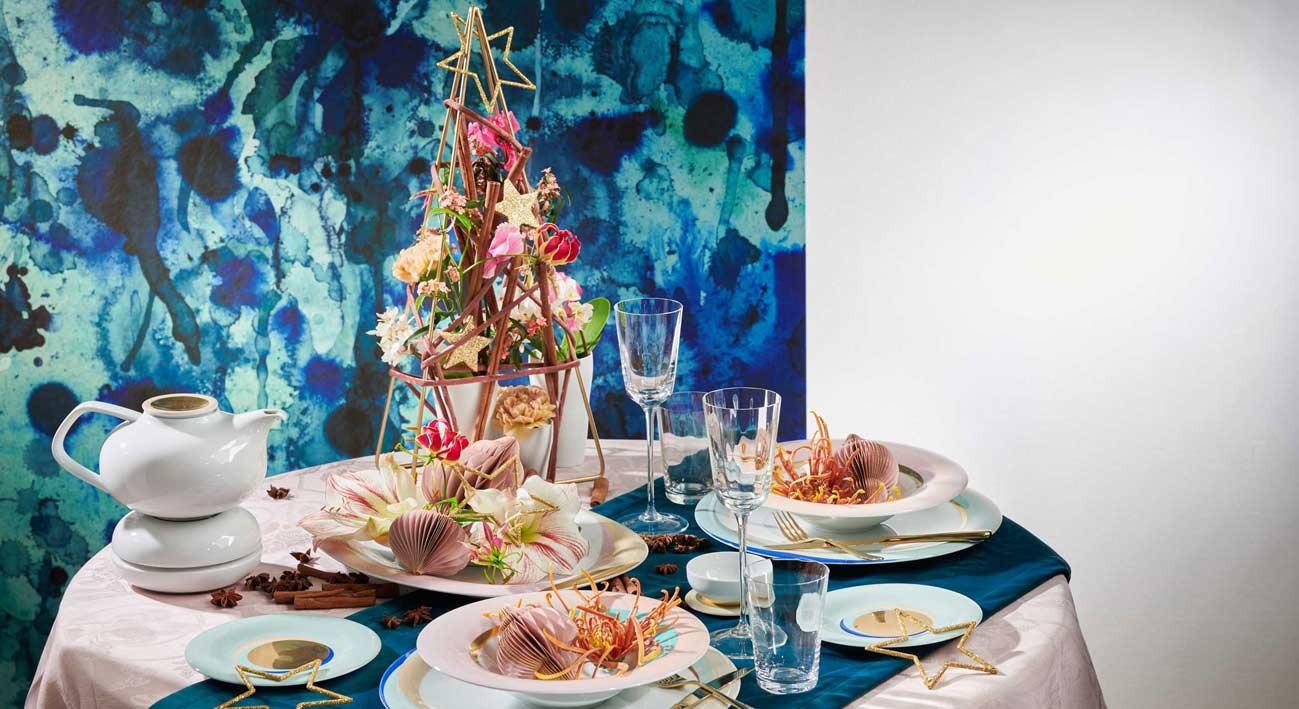 Gedeckter Tisch mit weihnachtlichen Artikeln