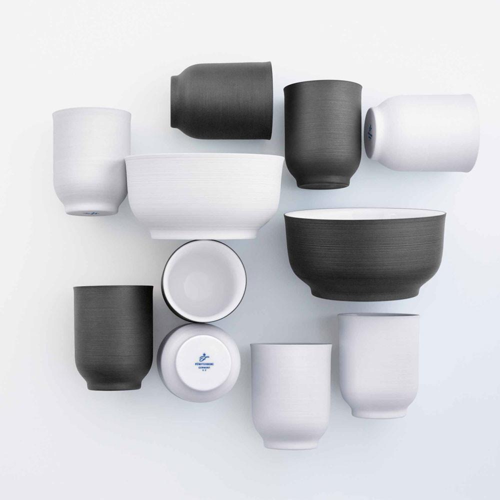 Aufsicht auf Schalen und Becher in weiß und schwarz