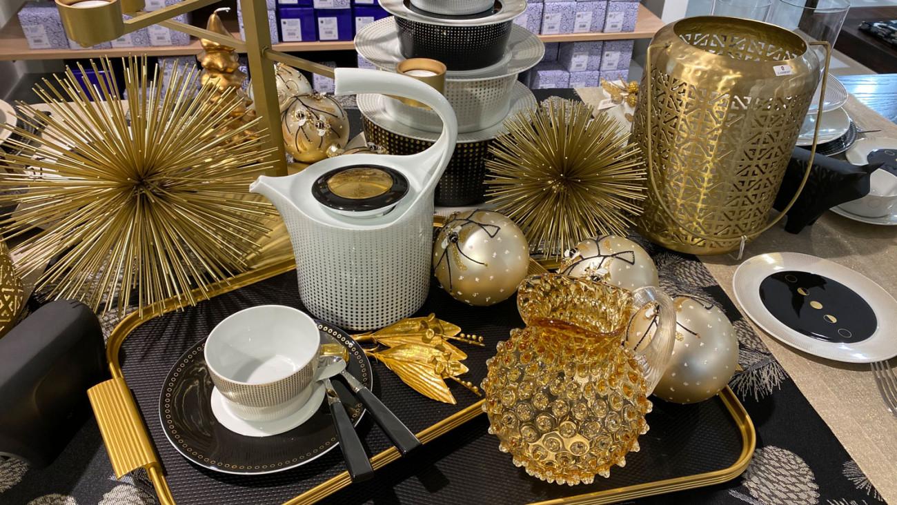 Blick in den Manufaktur Werksverkauf im gedecktem Tisch im Vordergrund