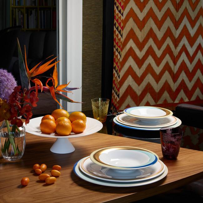 Aufsicht gedeckter Tisch mit verschiedenen Porzellanserien Mix & Match