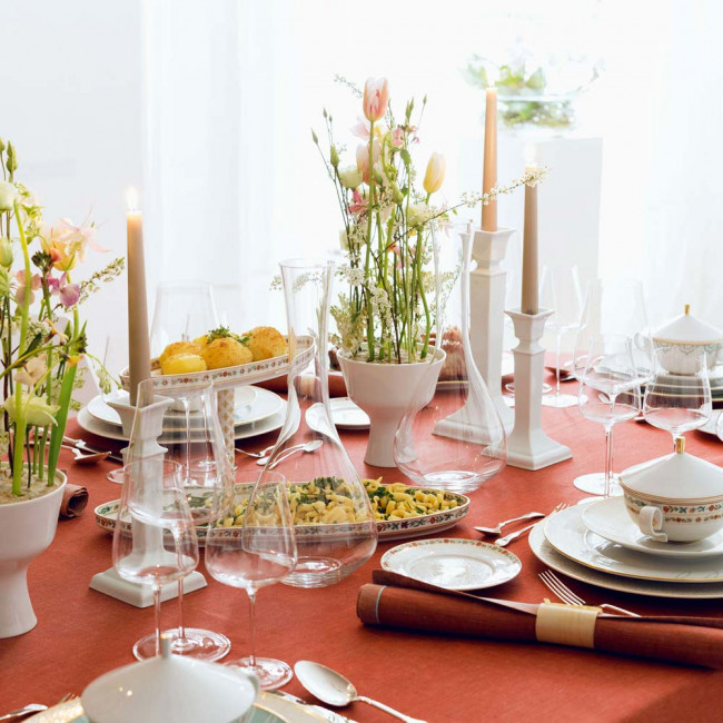 Tischkultur - gedeckter Tisch mit oranger Tischdecke