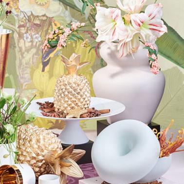 Tisch mit mehreren Geschenken
