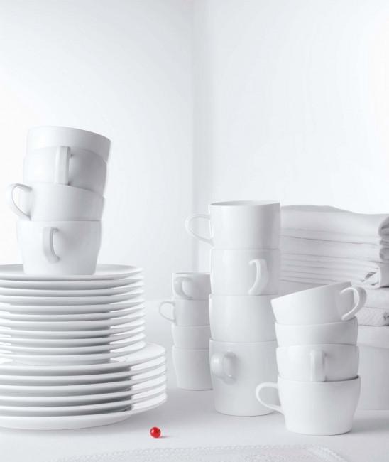 Gestapelte Tassen und Untertassen der Fürstenberg Form Auréole in weiß