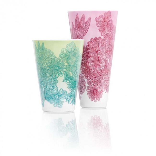 Zwei Vasen groß und klein mit unterschiedlichen Dekoren in hellgrün und rosa auf konischen Fürstenberg Vasen mit Dekornamen Les Fleurs. Der Dekor wurde von Sebastian Menschhorn entwickelt.