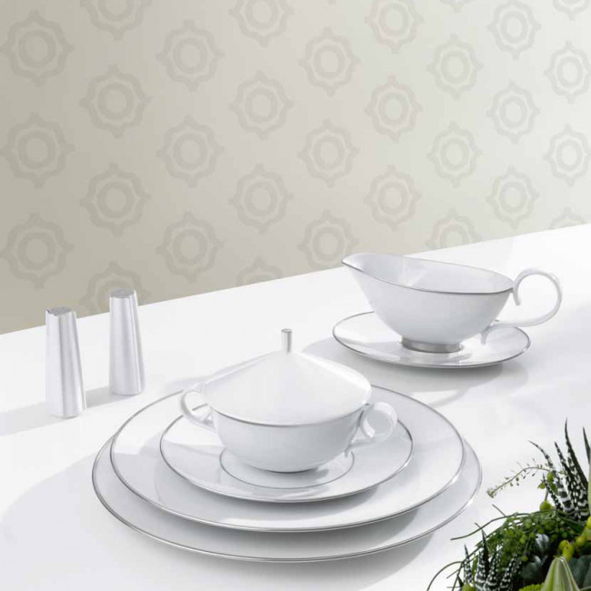 Suppentasse mit Decke, Tellerstapel und Sauciere der Fürstenberg Form Carlo mit dem Dekor Platino