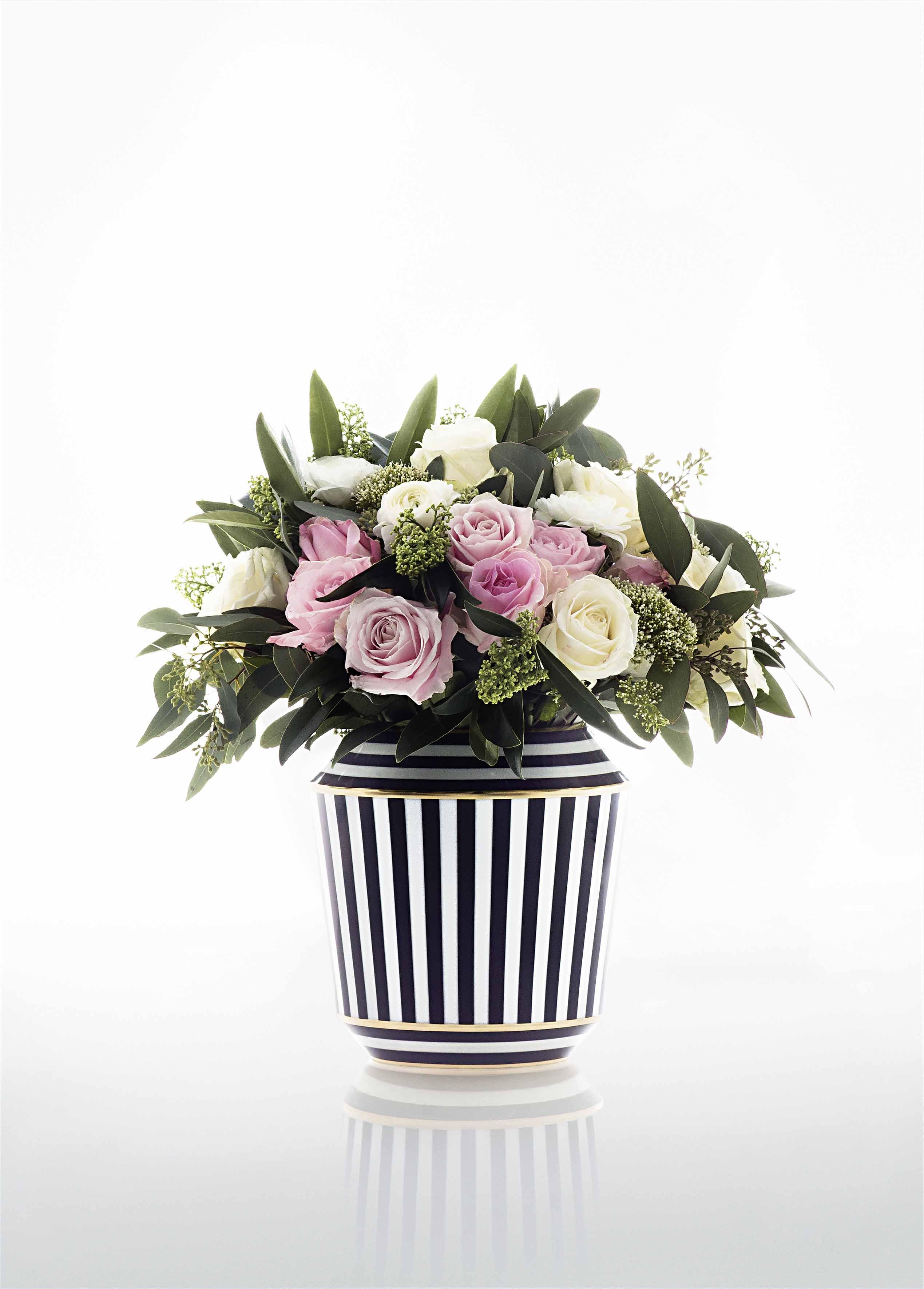 Porzellanvase schwarz weiß mit Blumenstrauß