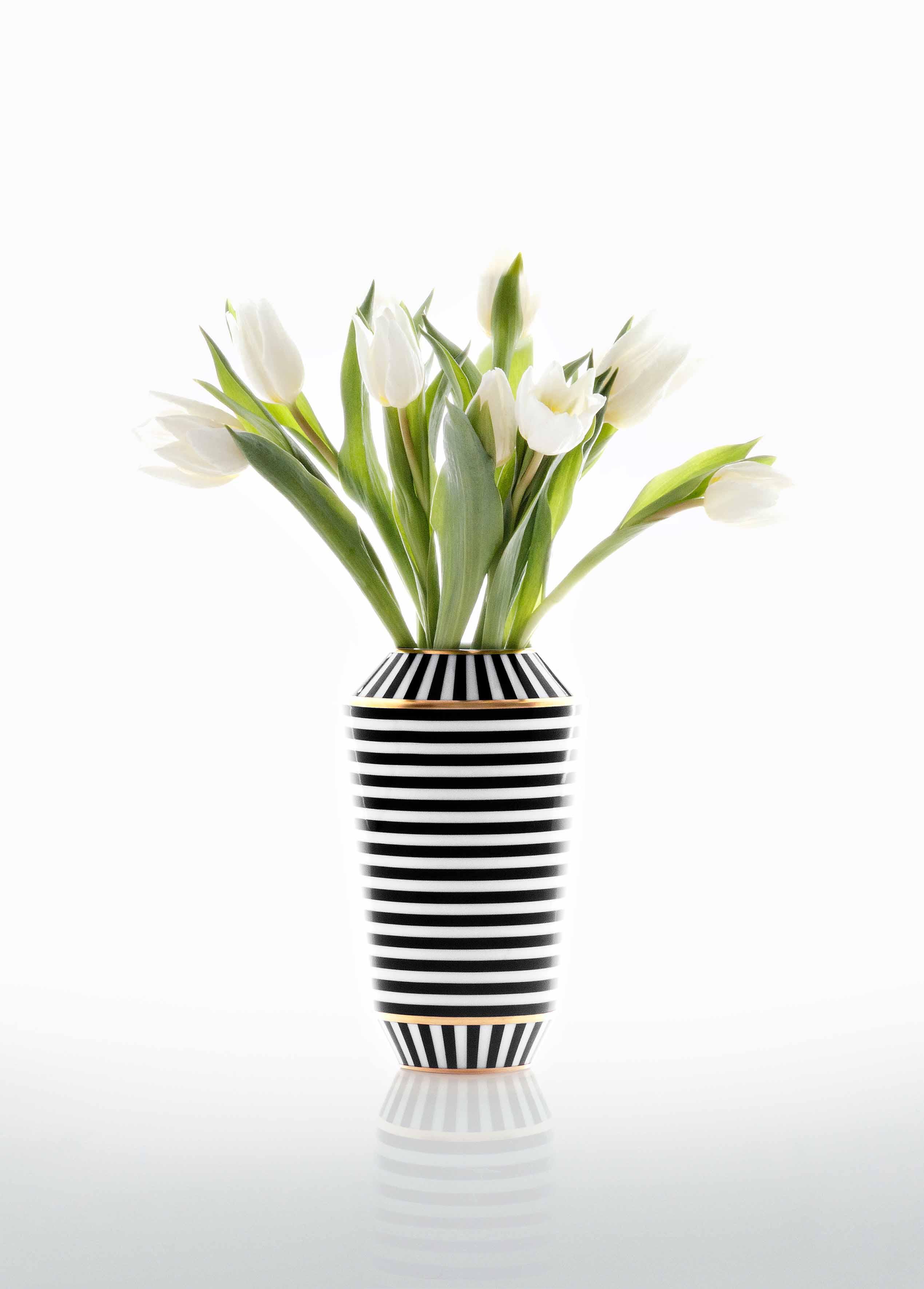 Vase mit schwarz und weiß, gefüllt mit Tulpen