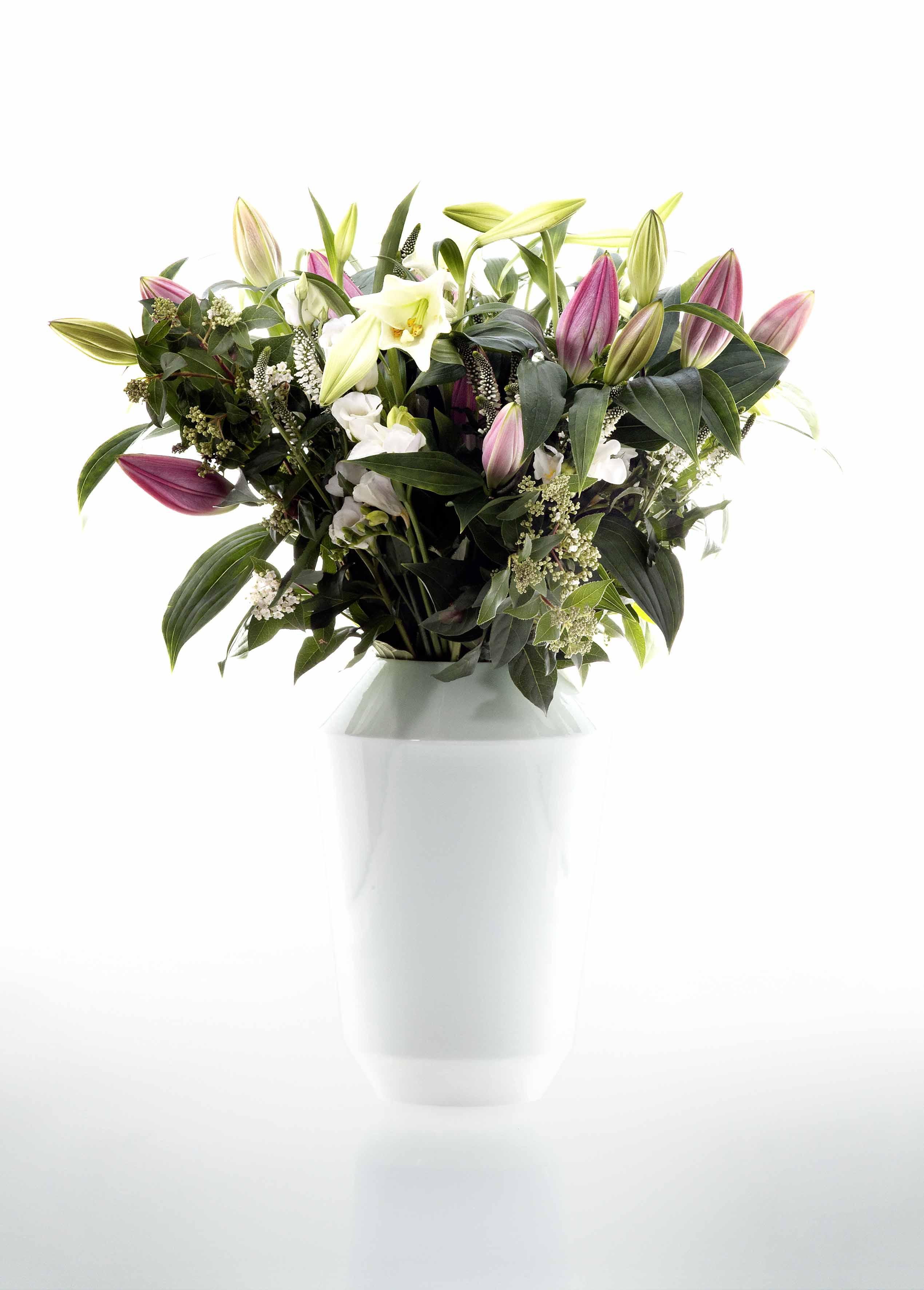 Weiße Vase gefüllt mit einem Blumenstrauß