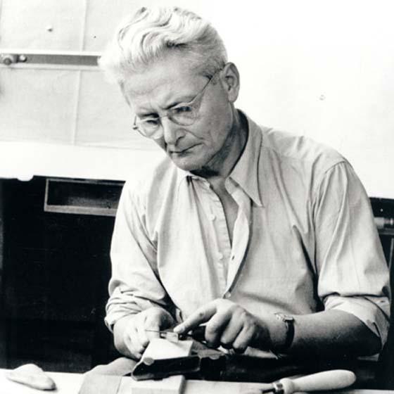Bauhaus Designer Wilhelm Wagenfeld arbeitet für Fürstenberg