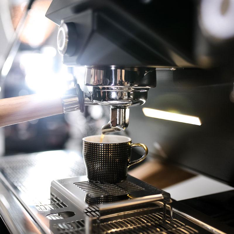 Fürstenberg Espressotasse in Schwarz unter einer Siebträgermaschine