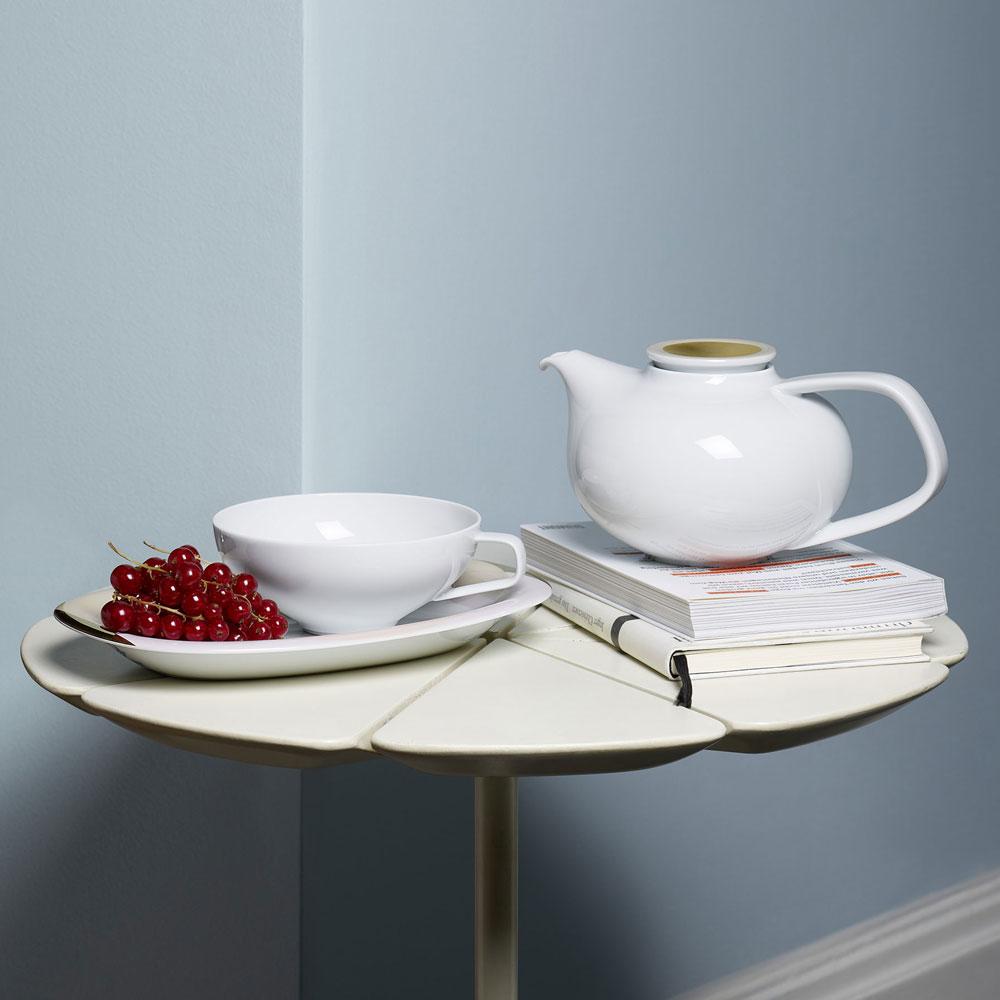Teekanne, Teetasse und kleines Schälchen stehen auf einem Bestelltisch