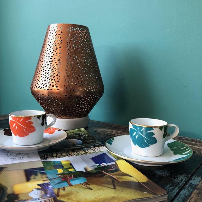 Zwei Fürstenberg Espressotassen auf Schrank mit Lampe im Hintergrund