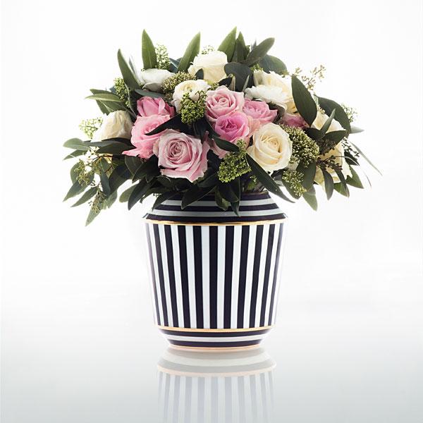 Rosenstrauß in schwarz weiß gestreifter Vase