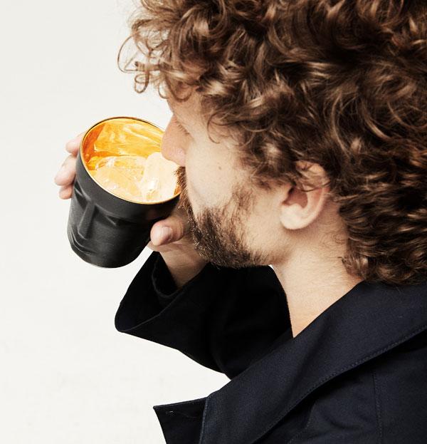 Mann, der aus einem Prometheus Becher trinkt, Bild gedreht