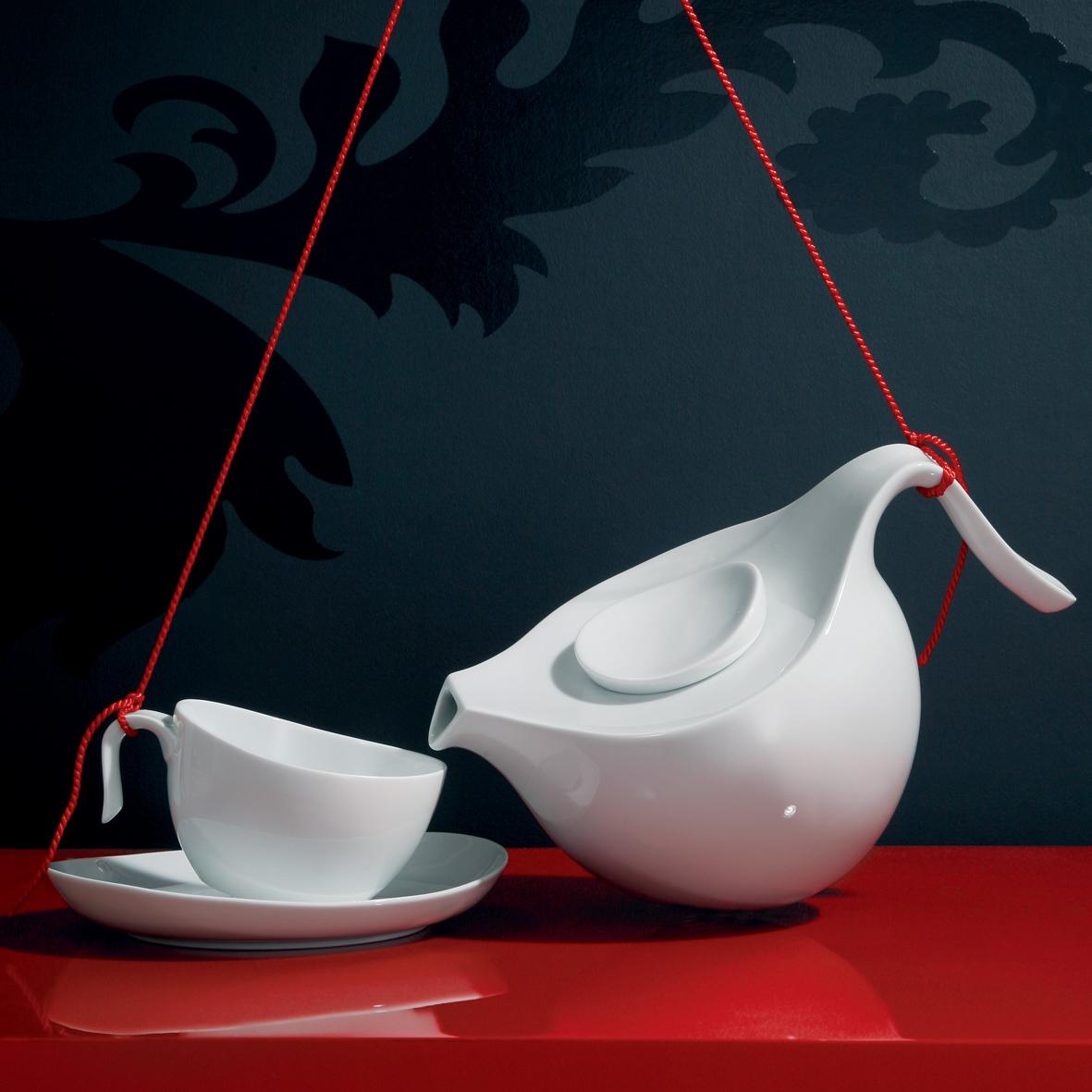 An roten Schnüren aufgehangene Teekanne und Teetasse der Fürstenberg Form Central Park in weiß