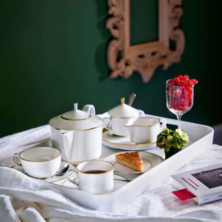 Arrangiertes Tablett mit Teekanne, Teetassen und Zuckerdose der Fürstenberg Form Carlo mit dem Dekor Oro