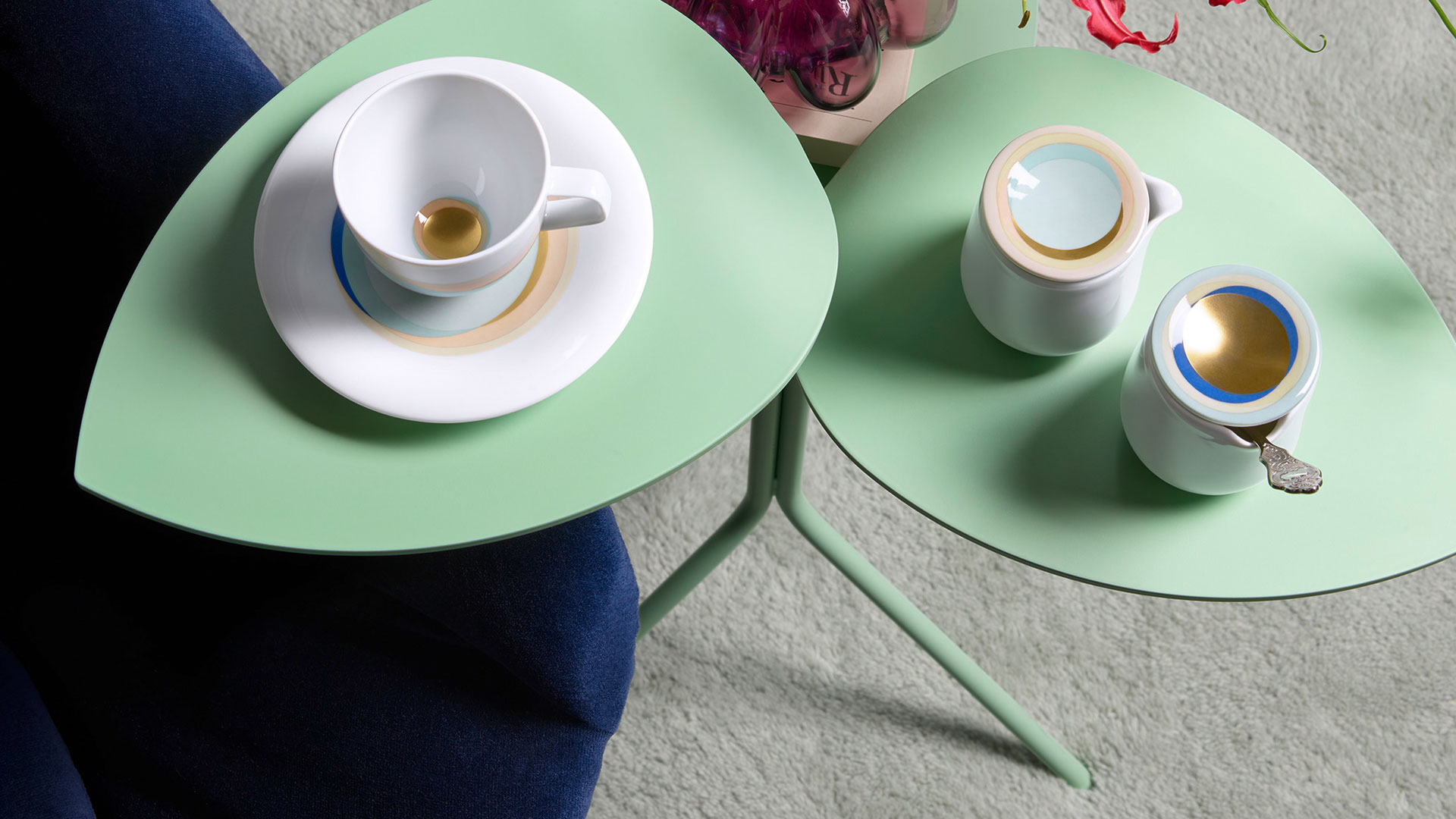 Aufsicht auf ein kleines hellgrünes Tischchen nit Zuckerdose und Gießer und Espressotasse