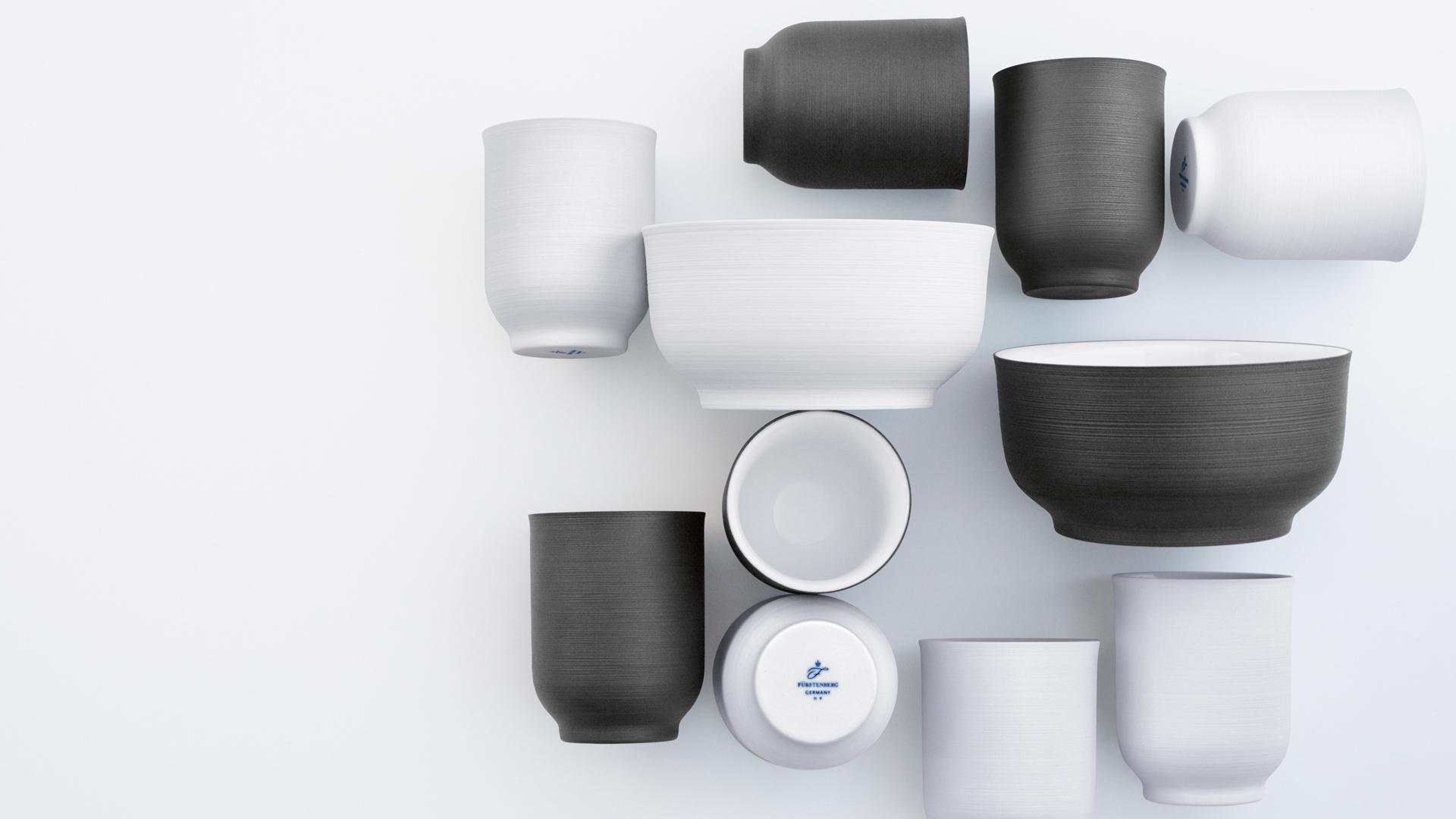 Aufsicht auf Becher und Schalen in weiß und schwarz