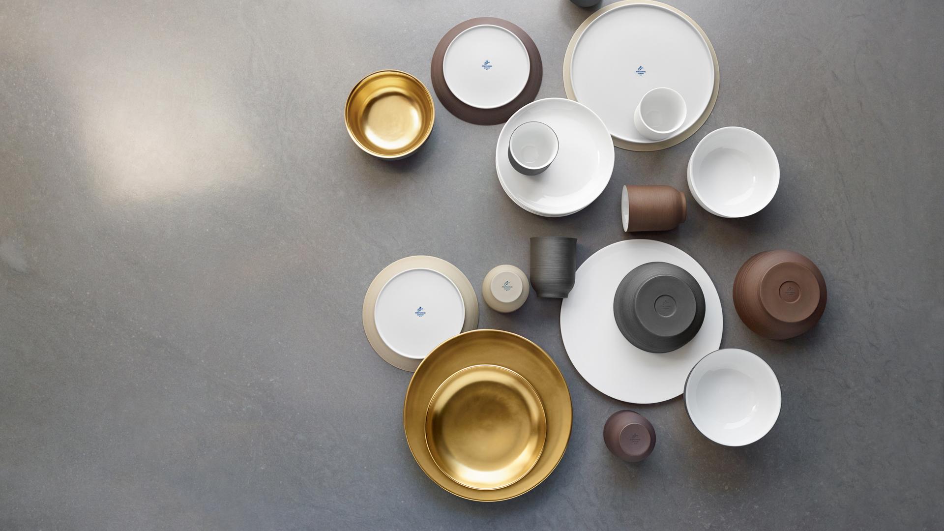 Aufsicht auf Becher, Schalen und Teller in verschiedenen Farben