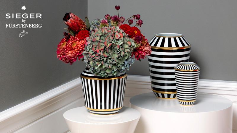 Drei schwarz-weiße Vasen